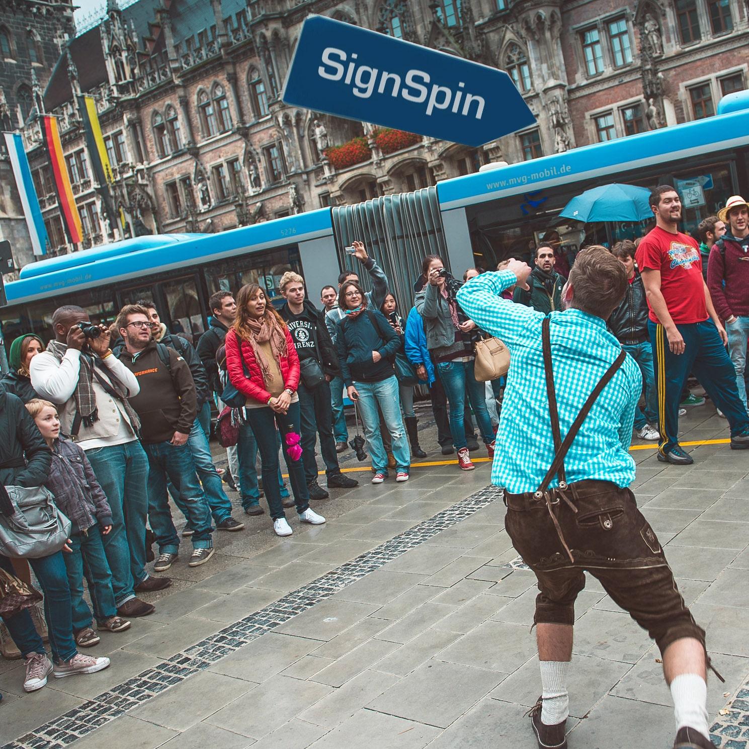 SignSpin Showact in der Münchener Innenstadt mit vielen Zuschauern